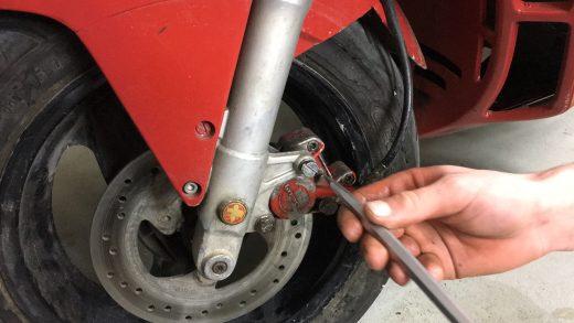 Jak odpowietrzyć przedni hamulec hydrauliczny w skuterze?