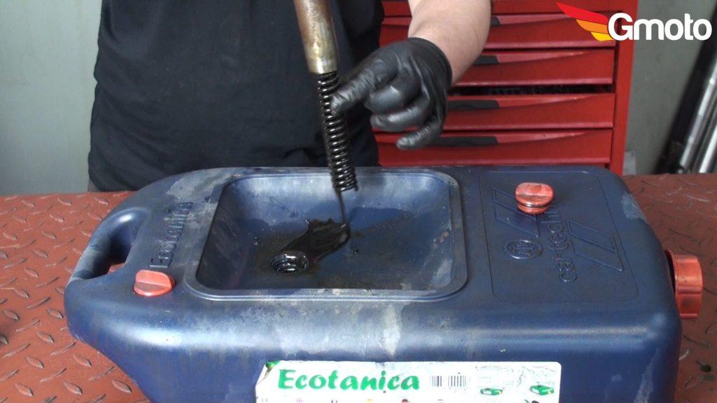 Wylewanie oleju z lagi i wyjmowanie sprężyny.