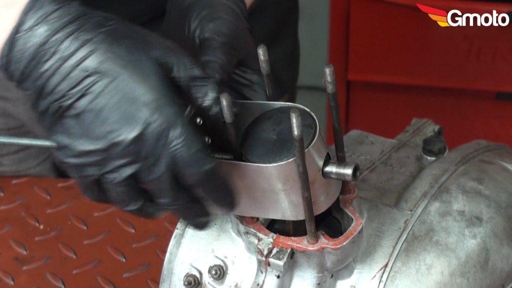 Wyciąganie sworznia tłokowego za pomocą ściągacza.