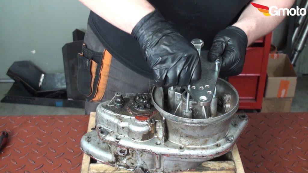 Montaż ściągacza wału korbowego / rozpołąwiacza silnika.