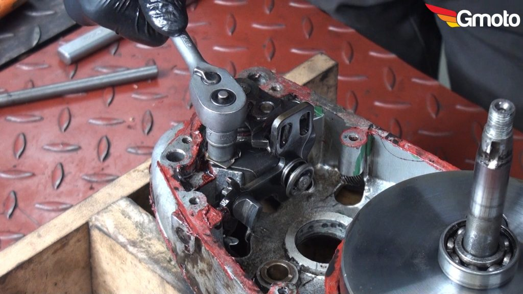 Odkręcanie śruby podstawy zmieniacza biegow.