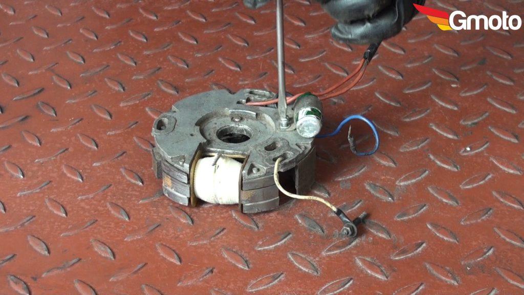 Odkręcanie mocowania kondensatora.