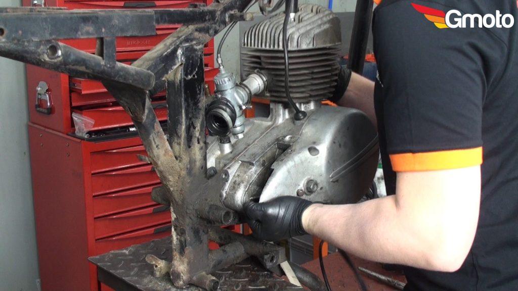 Demontaż śruby podpierając silnik prętem.