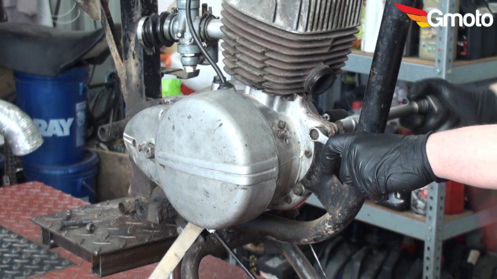 Trzecia śruba silnika - odkręcanie.