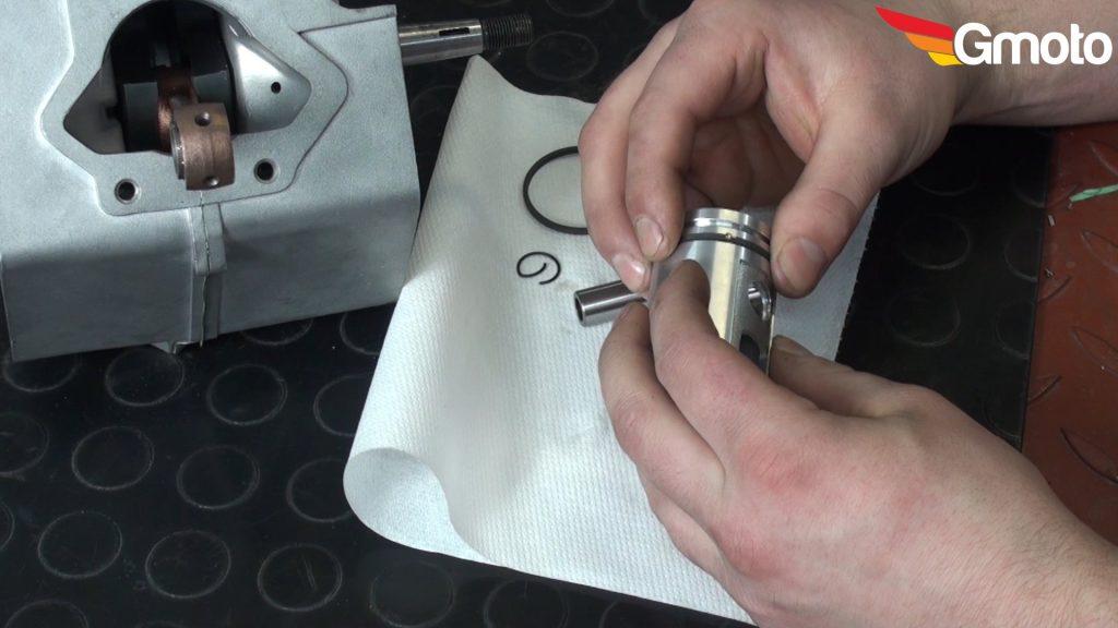 Montaż pierścieni na tłoku.