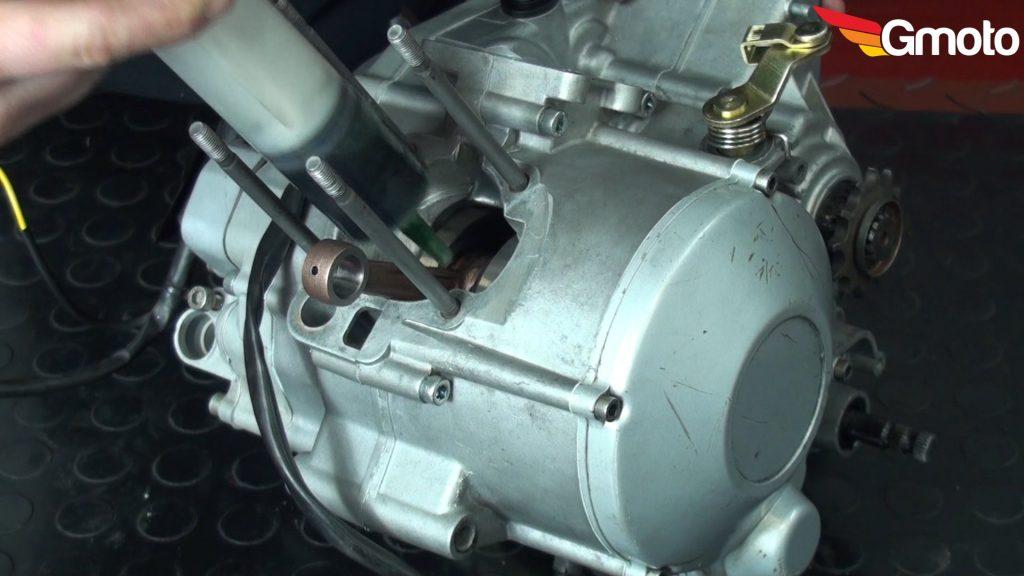 Wstrzykiwanie odrobiny oleju na dolny czop korbowodu.