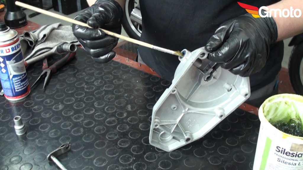 Smarowanie simeringu w deklu silnika.