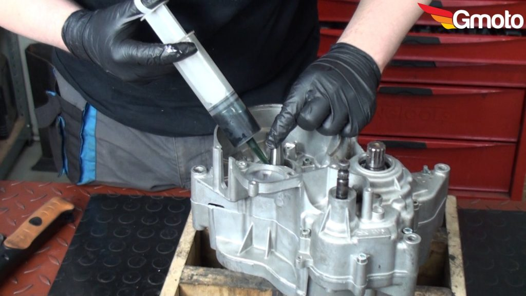 Wstrzykiwanie odrobiny oleju w łożysko wału przed montażem uszczelniacza.