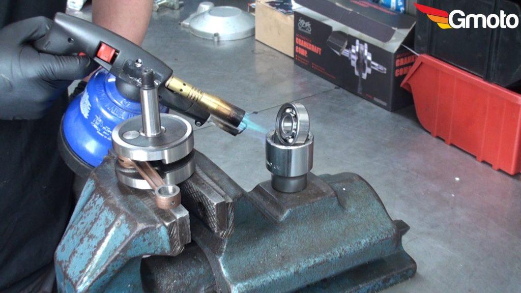 Podgrzewanie wewnętrznej bieżni łożyska wału korbowego przed montażem na wale.