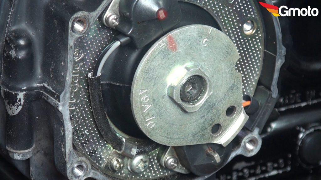 """Znak na wirniku """"T"""" ustawiony na równo z impulsatorem. (Pierwszy tłok w GMP)."""
