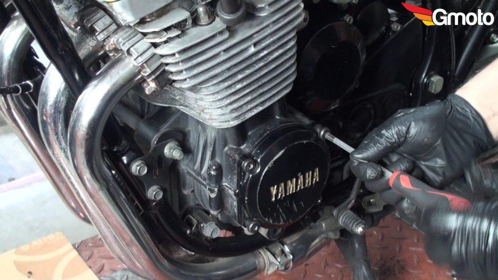 Montaż lewej pokrywy silnika.