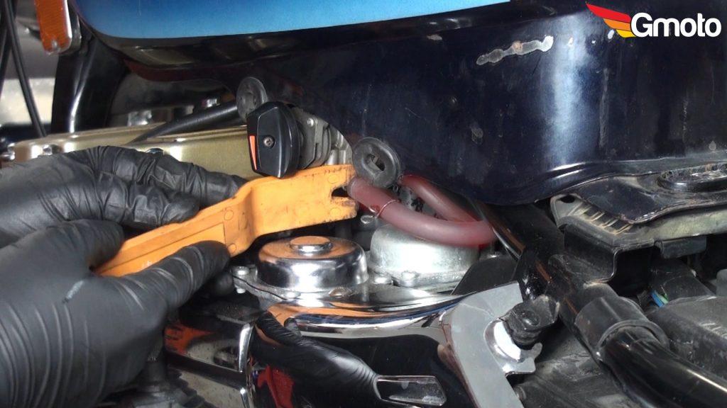 Demontaż przewodu paliwowego z kranika.