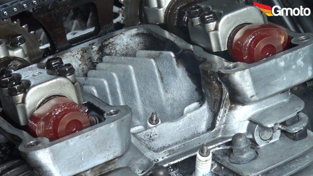 Ustawione krzywki pierwszego cylindra w pozycji gotowej do pomiaru.