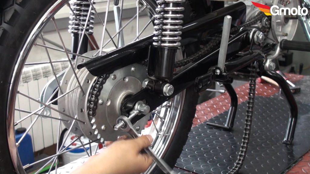 Dokręcanie nakrętki naciągu (koło przesuwa się w stronę silnika).