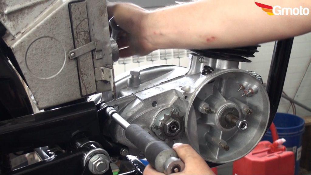 Dokręcanie śruby i nakrętki mocujących silnik.