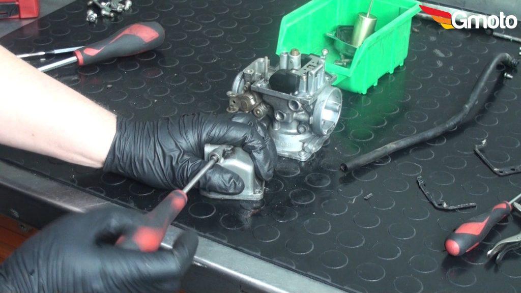 Odkręcanie śruby spustowej paliwo.