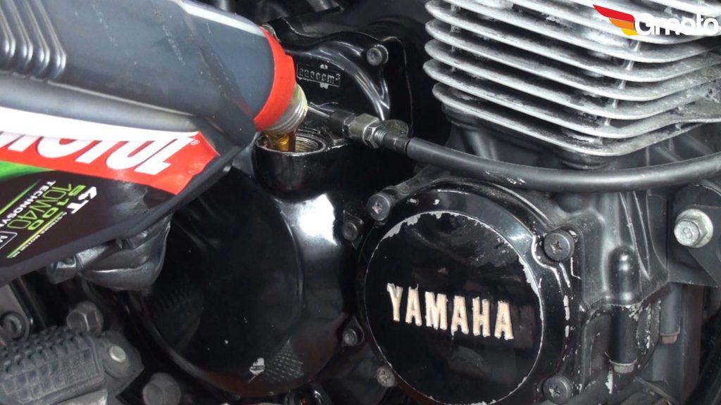 Zalewanie nowego oleju do silnika.